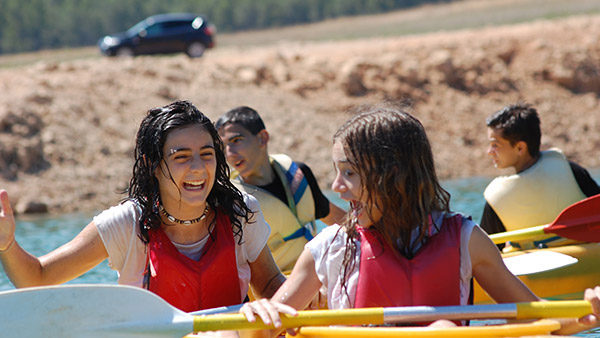actividad agua canoa chicas